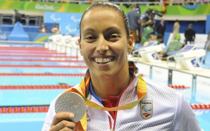 La atleta paralímpica Teresa Perales muestra su medalla de plata de...