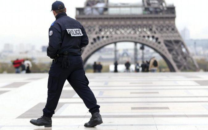 Un agente de Policía patrulla en la plaza de Trocadero, frente a la...