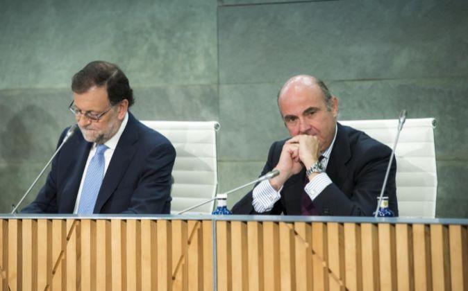 El presidente del Gobierno en funciones, Mariano Rajoy, y el ministro...
