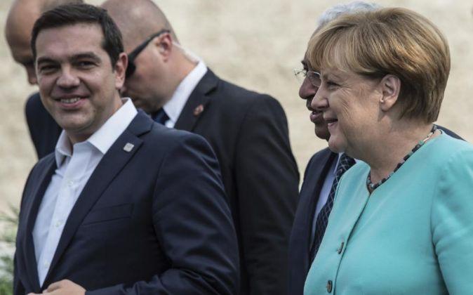 La canciller alemana, Angela Merkel (d), conversa con el primer...