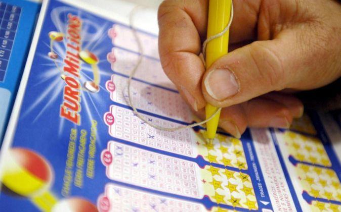 Un jugador rellena una papeleta para participar en el sorteo...