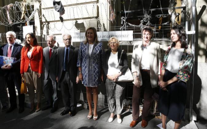 En el centro, la alcaldesa de Madrid, Manuela Carmena y la decana del...