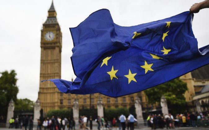 Una bandera de la Unión Europea ondea frente al Parlamento británico...