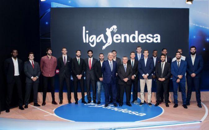 El presidente de la ACB, Francisco Roca (7d) durante la presentación...