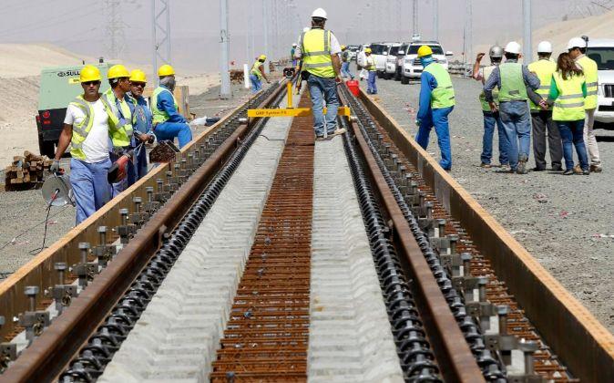 Trabajadores instalando vía en el corredor saudí de Medina-La Meca