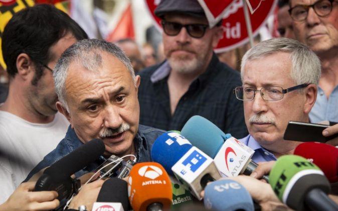 Los secretarios generales de UGT y CCOO , Pepe Álvarez (izda.) e...