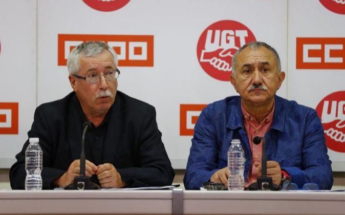 Los secretarios generales de UGT, Pepe Álvarez (d) y de CCOO, Ignacio...