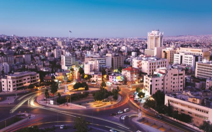 Vista nocturna de Amán, capital de Jordania
