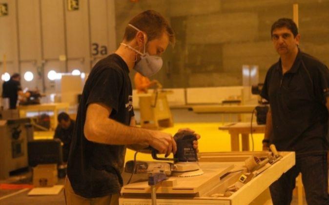 Trabajador en un taller de carpintería.