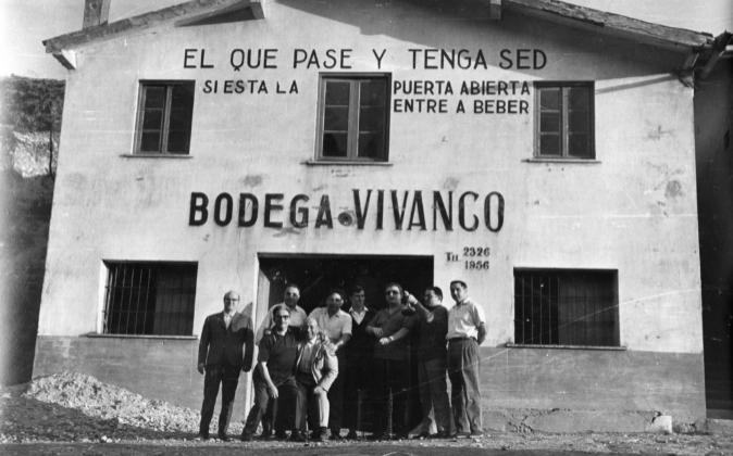 En el centro, con traje, Pedro Vivanco, en la bodega fundada en 1915.