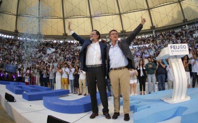 El presidente en funciones del Gobierno, Mariano Rajoy, y el líder...