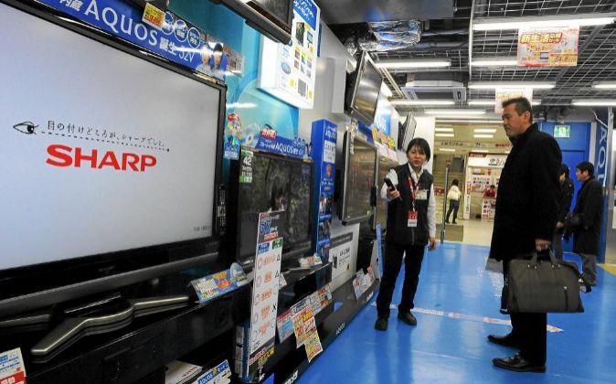 Un hombre observa una pantalla de plasma de la marca Sharp en una...