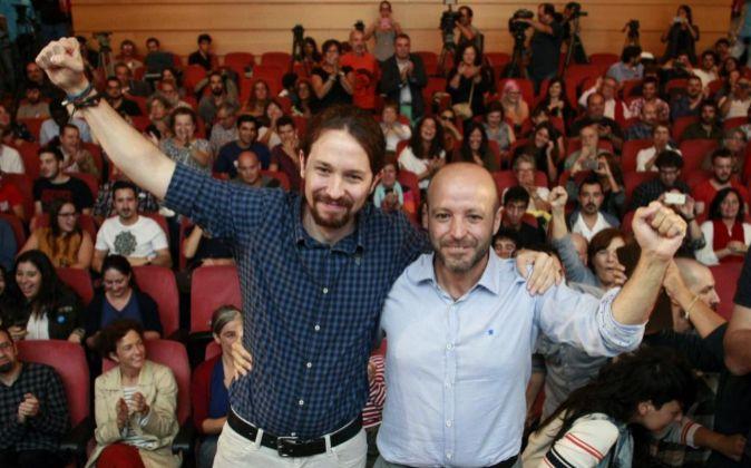 El líder de Podemos, Pablo Iglesias (i), junto al candidato a la...