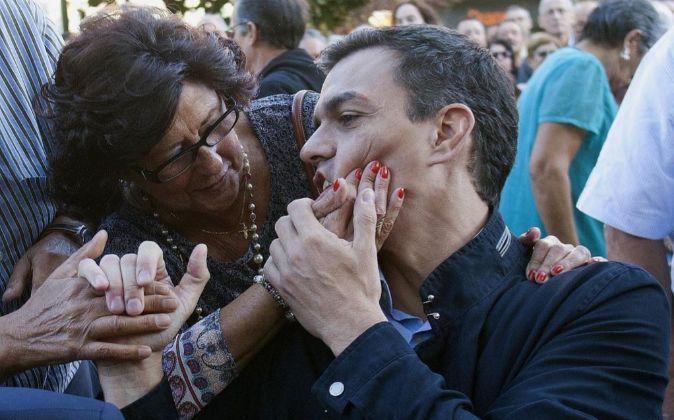 El secretario general del PSOE, Pedro Sanchez, con una simpatizante...