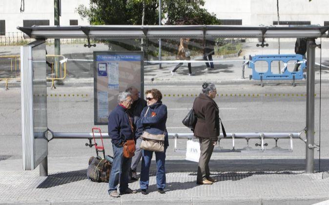 Jubilados esperando el autobús.