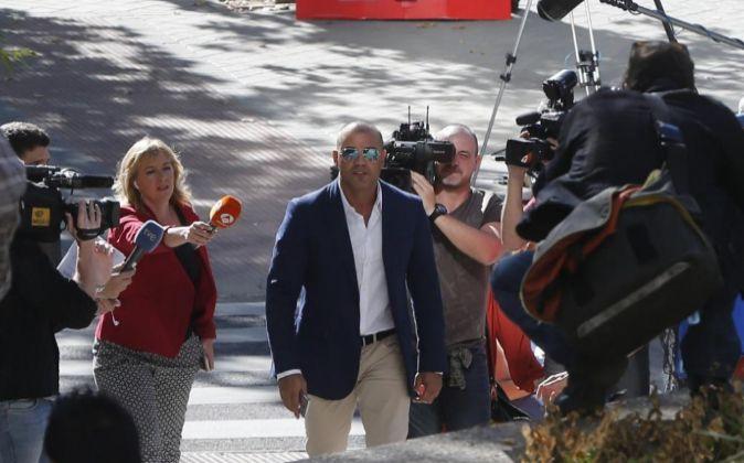 El empresario Miguel Ángel Flores (c), hoy a su llegada a la...
