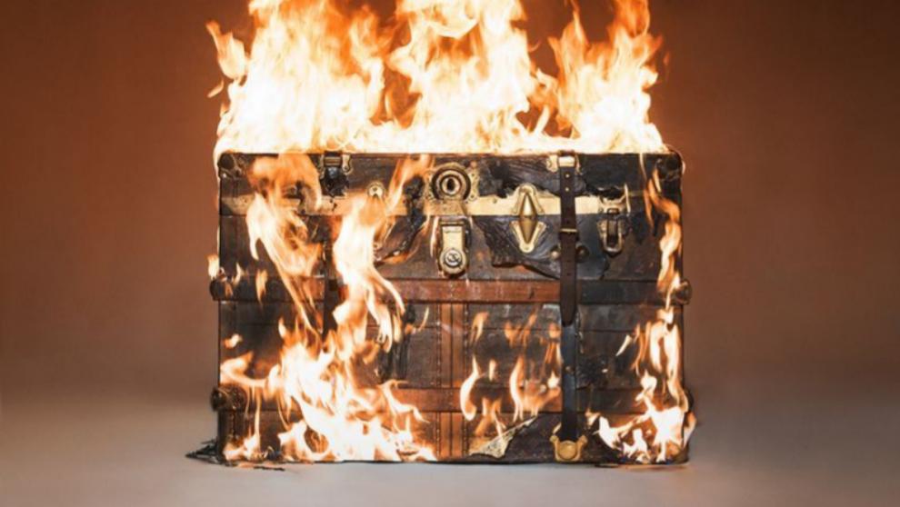 'Baúl de Louis Vuitton en llamas', Tyler Shields, 2016
