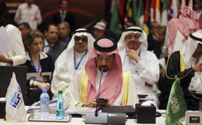 El ministro del Petróleo saudí, Khaled al-Faleh, asiste a la...