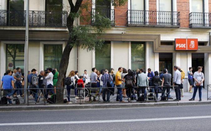 Periodistas en la sede del PSOE en la calle Ferraz, en Madrid, este...