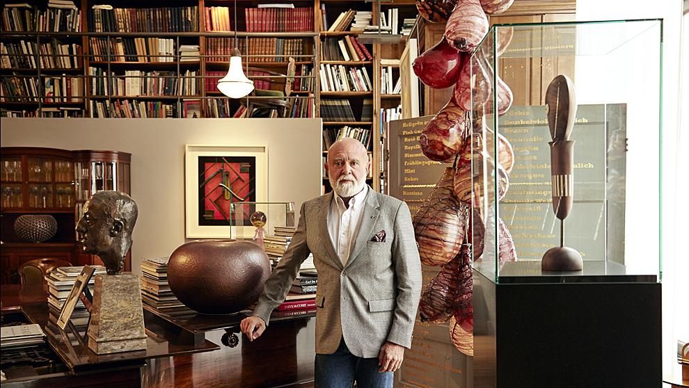 Polo, en su casa de Bruselas, con parte de su colección. A la izqda.,...