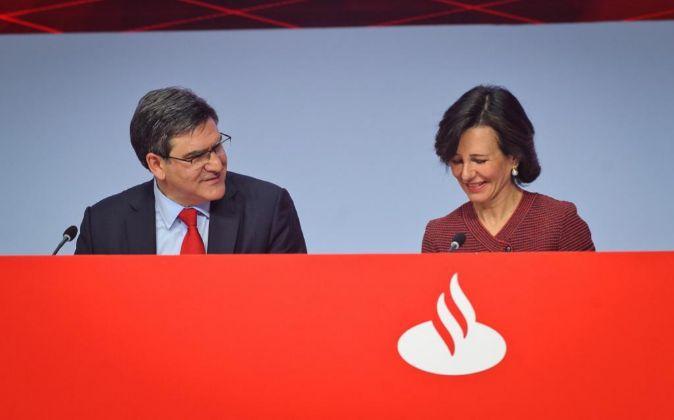 Ana Botín, presidenta de Santander, junto al consejero delegado,...