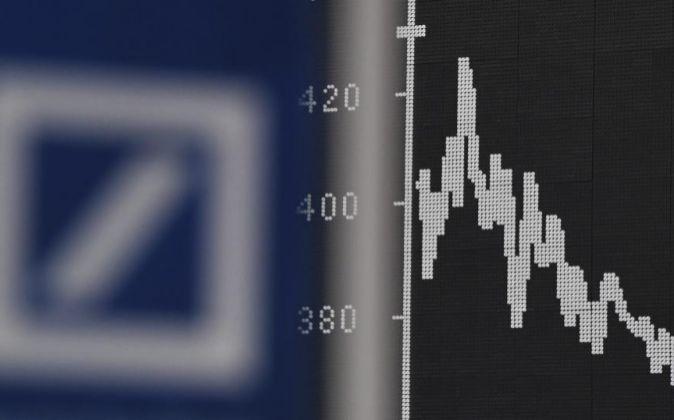 Imagen del logotipo de Deutsche Bank junto a un gráfico en la Bolsa...