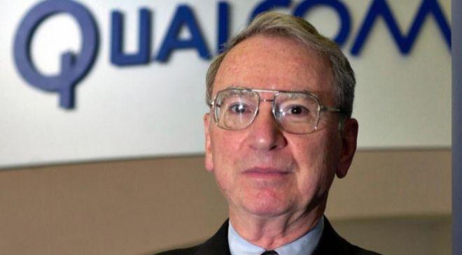 El presidente de Qualcomm, Irwin Jacobs posa en la sede de la...
