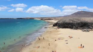 Es, para muchos, la reina de las costas de Lanzarote. Su arena dorada,...