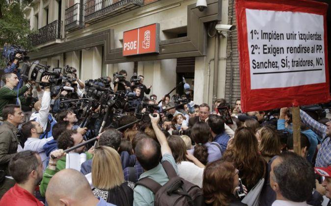 Numerosos periodistas a la entrada de la sede del PSOE en Ferraz.