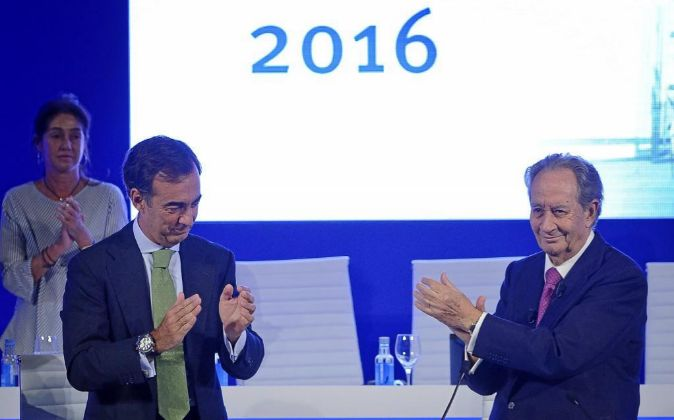 Juan Villar Mir de Fuentes (i) junto a su padre Juan Miguel Villar...
