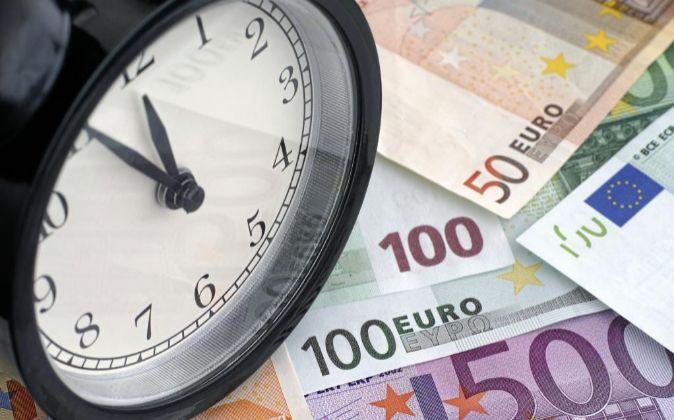 RELOJ SOBRE BILLETES DE EURO 50, 100 Y 500 EUROS.