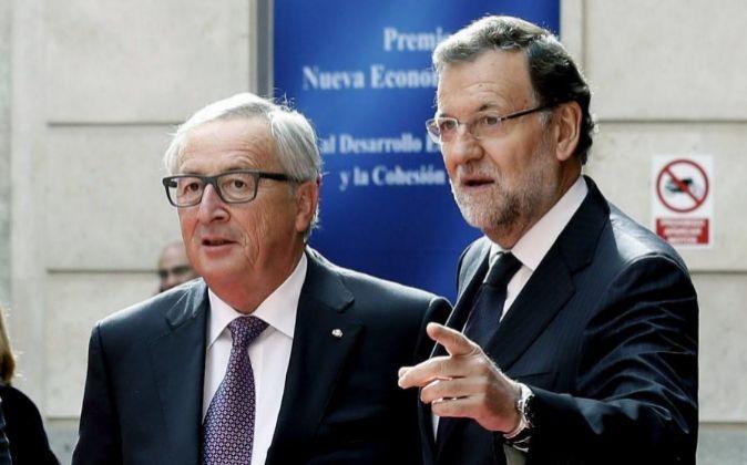 El presidente de la Comisión Europea, Jean Claude Juncker (i),...