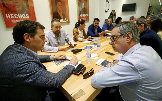 El presidente de Ciudadanos, Albert Rivera (i), conversa con el...