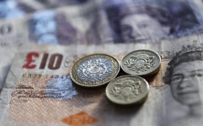 Imagen de monedas y billetes de la divisa británica