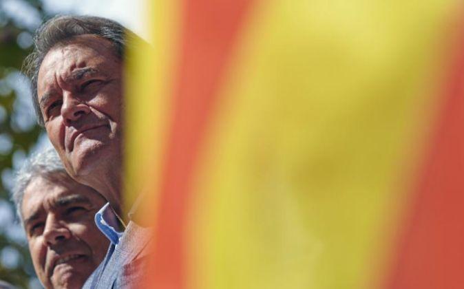 El expresidente de la Generalitat Artur Mas,iz., y el exconseller...