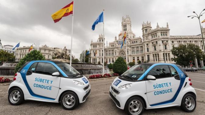 Dos coches de Car2go en la plaza de Cibeles de Madrid.