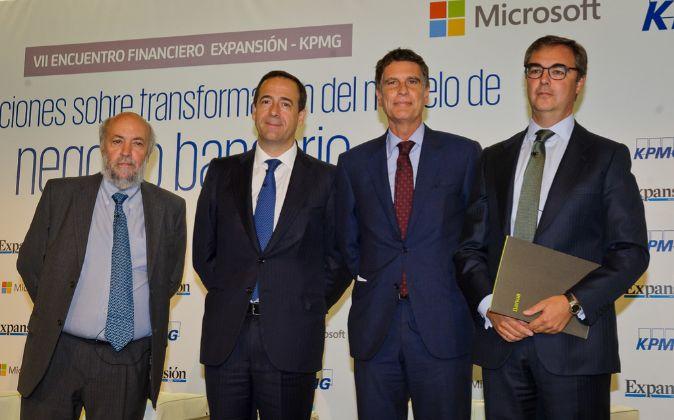 De izquierda a derecha, Salvador Arancibia, Adjunto a la dirección de...