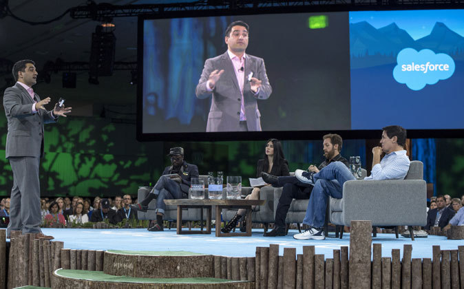 "Evento ""Dreamforce"", organizado por Salesforce."