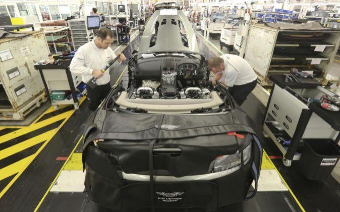 Interior de la línea de producción del Aston Martin V8 Vantage.