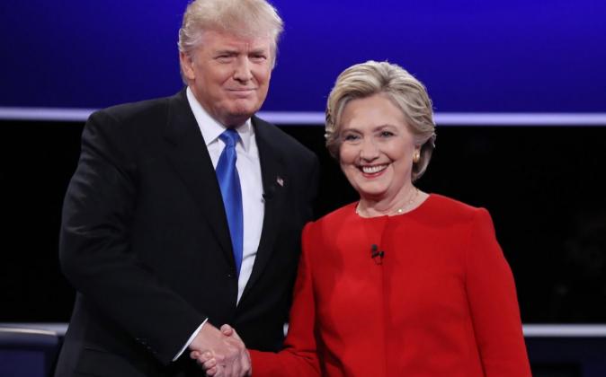 Donald Trump y Hillary Clinton, saludándose antes de su primer debate