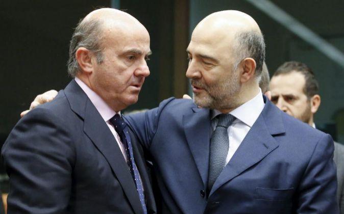 Luis de Guindos junto a Pierre Moscovici.