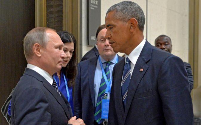 El presidente ruso, Vladímir Putin (i), y su homólogo...