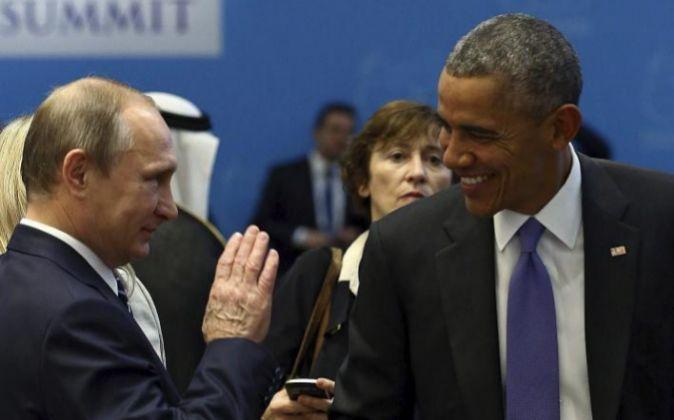 El presidente estadounidense, Barack Obama (dcha), conversa con su...