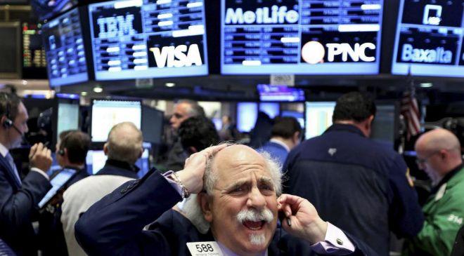 Agentes de cambio y bolsa trabajan en el parqué de Nueva York,...