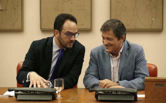 El presidente de la gestora del PSOE, Javier Fernández (d), con el...