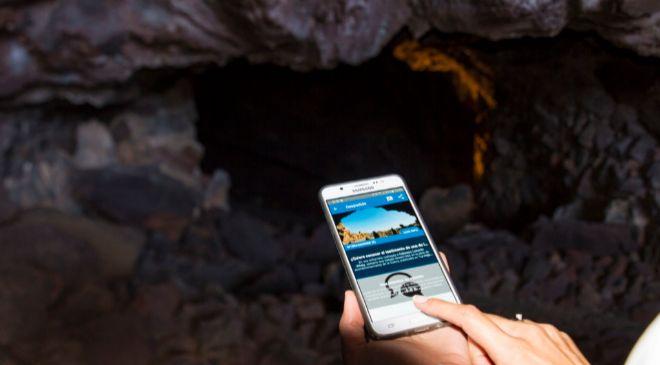 Imagen de una visitante utilizando la aplicación durante un momento...