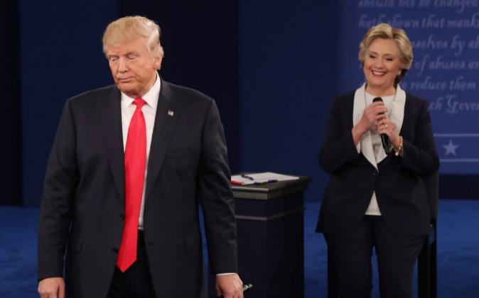 El candidato republicano Donad Trump, junto a la candidata demócrata,...