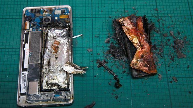 Imagen de un móvil Galaxy Note 7 tras incendiarse la batería.
