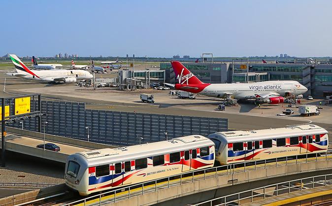 Vista de la terminal del JFK y del AirTrain que llega al aeropuerto.