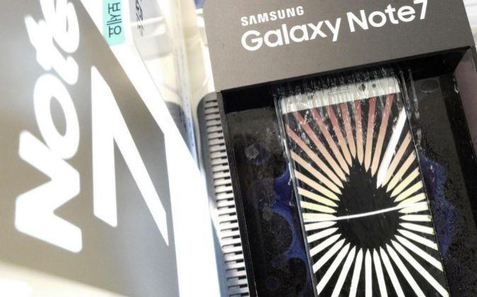 Teléfono móvil Samsung Galaxy Note 7 en exposición en una tienda de...